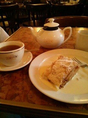 Cafe Einstein Stammhaus: Apfelstrudel und Tee