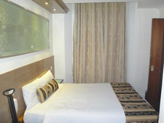 Westpoint Hotel: Reparem que ela mudou a cortina para combinar com a roupa de cama