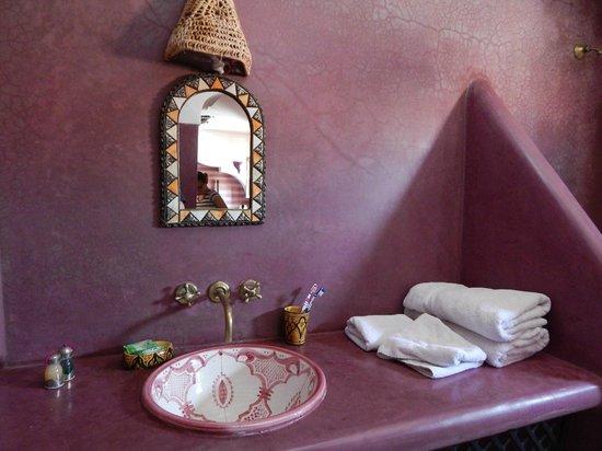 Riad l'Oiseau du Paradis : salle de bain violette