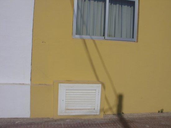 AluaSun Miami Ibiza Apartamentos : ROOM 001 BEDROOM WINDOW WITH WATER PUMP BELOW