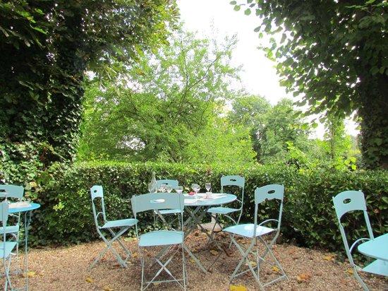 Restaurant Baudy : Mesas no jardim