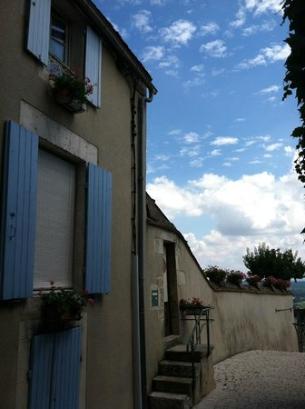 Coeur de France Ecole de Langues: Across the street from the school