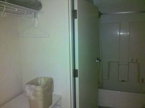 Extended Stay America - Orlando - Convention Ctr - 6443 Westwood: área de serviço (varal) e banheiro