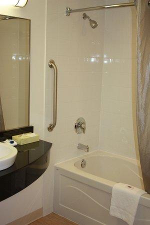 Motel 6 Kingston: bathroom
