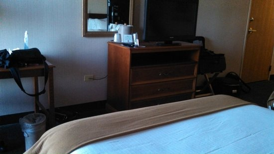 Holiday Inn Express Chicago-Midway Airport : Desk, dresser, and flat-screen TV