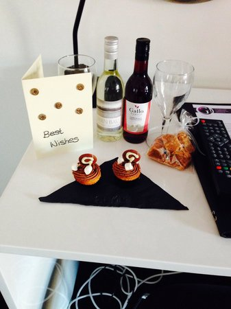 G! Boutique Hotel: Birthday card, fudge, wine and cupcakes!