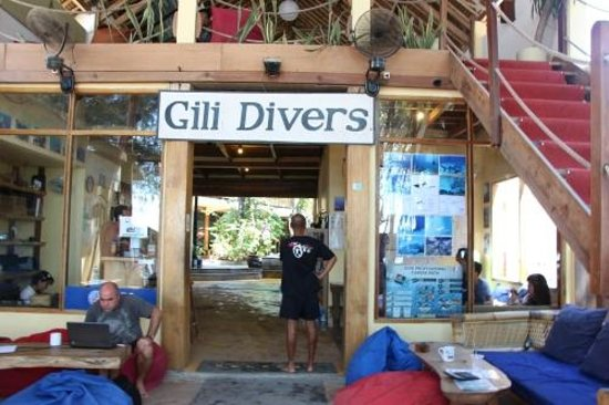 Gili Divers Hotel : We were waiting 5 hours until one staff found a guest house!!