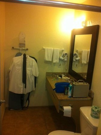 Days Inn San Diego Chula Vista South Bay: Other side of bathroom, no place to hang clothes