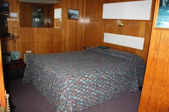 Robbins Motel: room