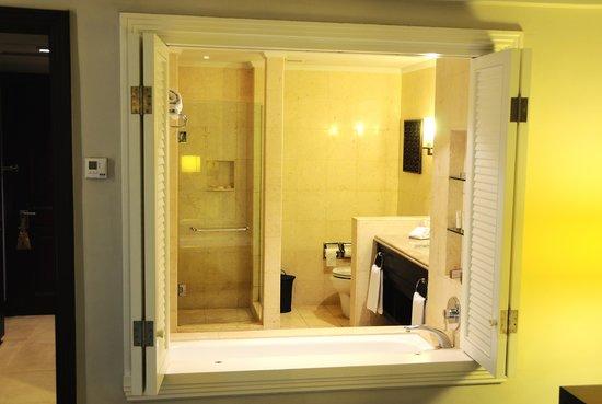 Pan Pacific Nirwana Bali Resort: view to bathroom from room