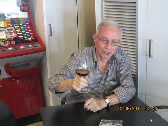 Can Pinana: Juan Piñana propietario brinda con todos