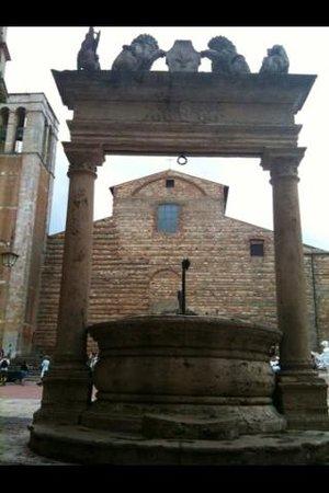 Albergo Il Marzocco: Montepulciano : piazza Grande...
