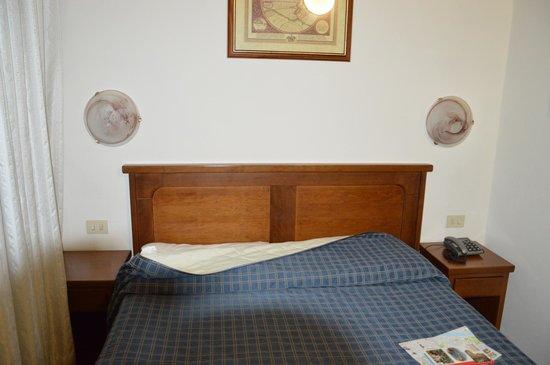 Hotel Nizza: Camera lato letto!