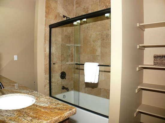 Waterford Townhomes: Bathroom