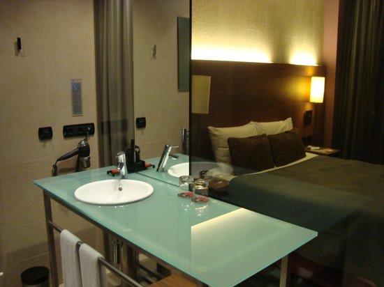 Rafaelhoteles Badalona: salle de bain et chambre