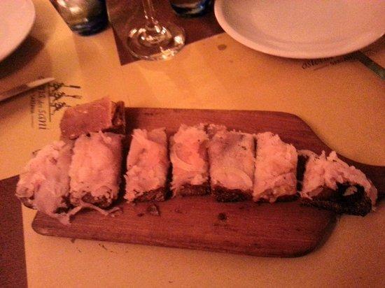 Osteria dei Sani: crostino spada cipolla e mozzarella