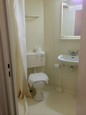 Beaver Hotel: Salle de bain très simple
