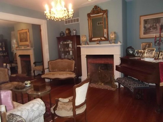 Doc Smithers B&B: Living room looking into the dinning room