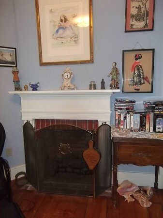 Doc Smithers B&B: fireplace in private sitting room