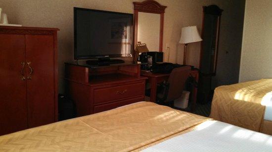 Best Western Hospitality Hotel & Suites : Dresser, desk, flat screen TV