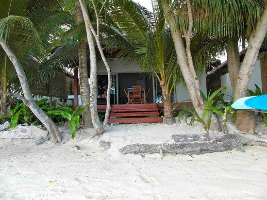 Vale Vale Beachfront Villas: walk off beach into your villa
