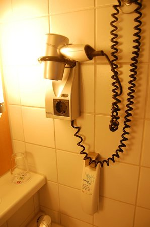 Ibis Berlin Mitte: Equipamento do banheiro