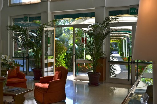 Hermitage Hotel & Resort : Entrance Lobby and garden