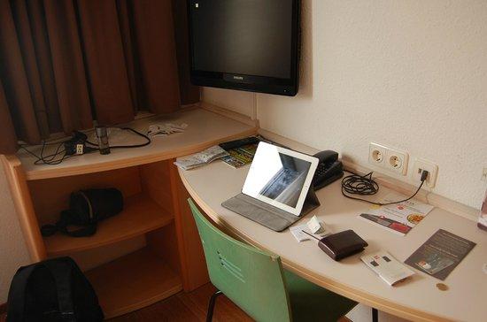 Ibis Berlin Mitte: Mesa de trabalho