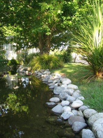 Domaine Les Oréades: petit ruisseau traversant le camping