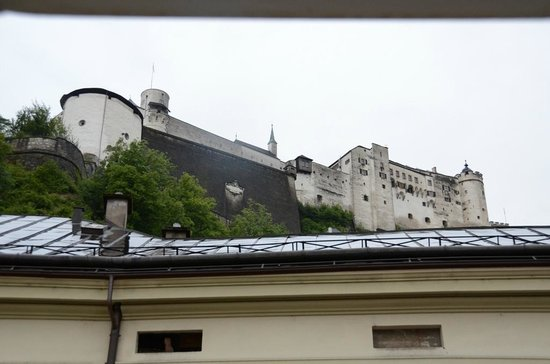 Altstadthotel Kasererbräu: View of the fortress if we stuck our head out the window