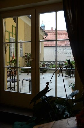 Altstadthotel Kasererbräu: If it hadn't been cold/rainy I bet this terrace would have been lovely at breakfast