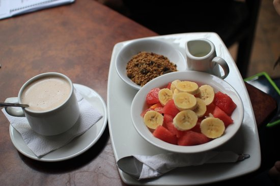 La Cigale: Delicious fruit and yogurt breakfast