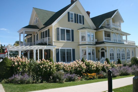 Bay View of Mackinac Bed & Breakfast : Photo from side walk