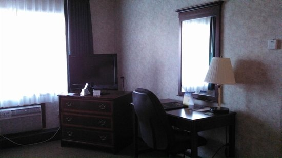Quality Inn Wausau: Dresser, flat screen TV, desk