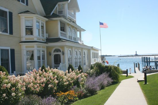 Bay View of Mackinac Bed & Breakfast: Photo from side walk towards adjacent marina