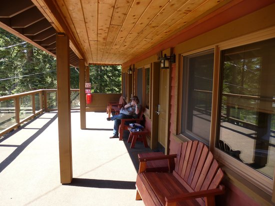 Cedar Glen Lodge : View of deck