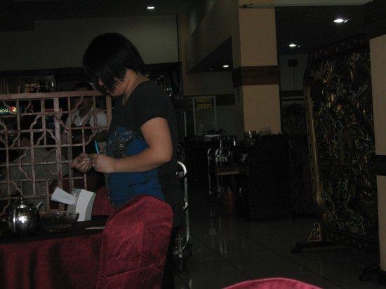 Restaurant Dragon Oriental: buen servicio al cliente/ supervisión de