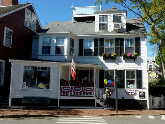 Nantucket White House Inn: Street view