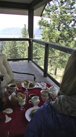 Forgotten Hill Bed & Breakfast: breakfast on the balcony