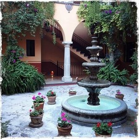 Antigua Capilla Bed and Breakfast: Courtyard Fountain