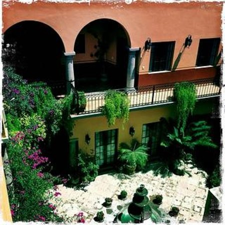 Antigua Capilla Bed and Breakfast: View into the Courtyard