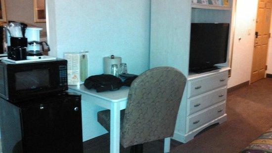 Best Western Plus Des Moines West Inn & Suites : Desk, dresser, microwave, fridge