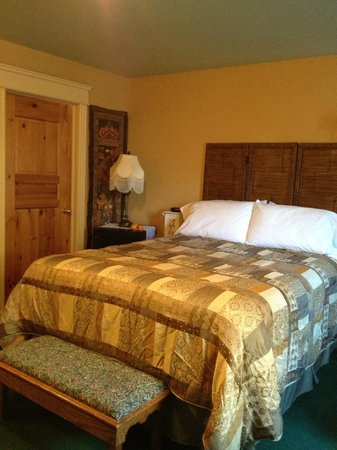 Heartwood Inn and Spa : the queen bed