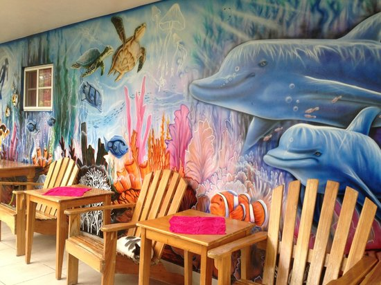 Hotelito Del Mar: Beautiful mural in front with chairs to relax in