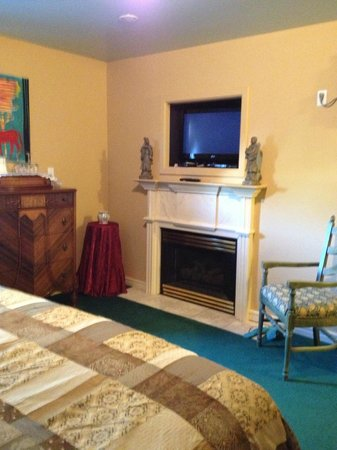 Heartwood Inn and Spa: the fireplace and entertainment centre