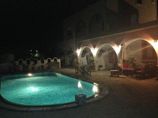 Koronios Villa: La piscina de noche