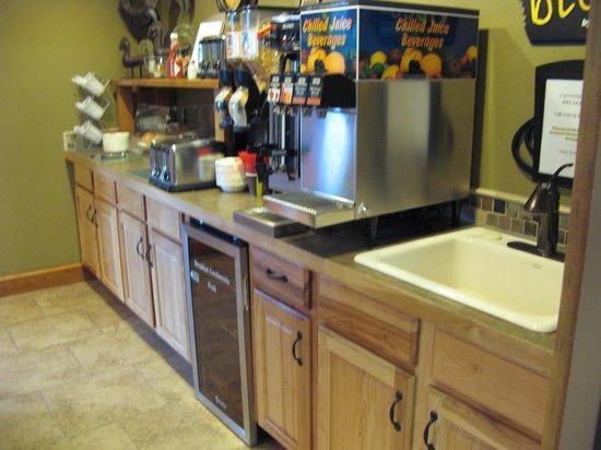 Rodeway Inn and Suites: Breakfast area