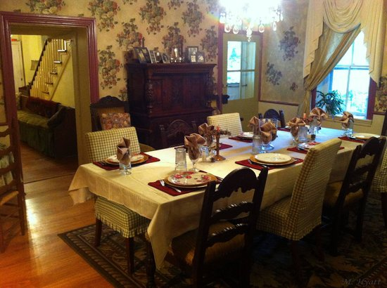 Fallen Tree Farm Bed and Breakfast: Beautiful Dining Room