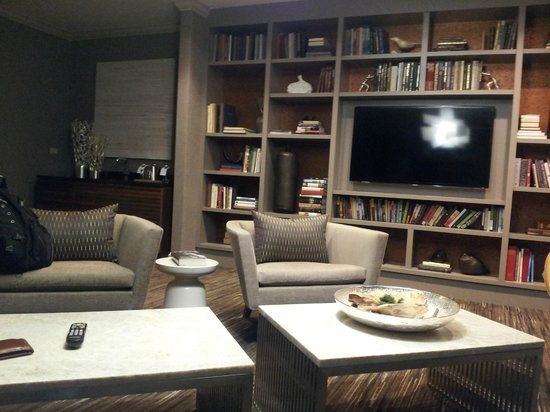 Hyatt Centric Chicago Magnificent Mile: Living room of the suite