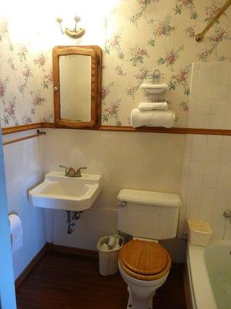 Grand Imperial Hotel: la salle de bain poser vos affaires sur les wc